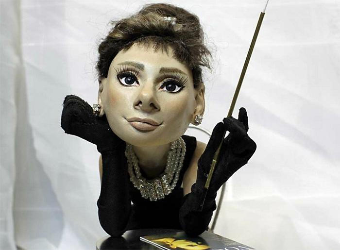 Мини-копия Одри Хепбёрн в роли Холли Голайтли. Автор: В.Волегов.