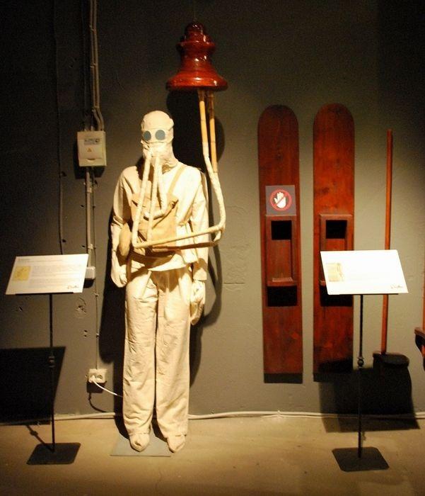Скафандр и лыжи, изготовленные по чертежам Леонардо да Винчи.