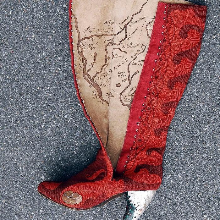 Женские сапоги «Феникс» автор Адюков Р.Ф. год создания 2007 техники исполнения: ювелирные работы(чеканка,гравировка),вышивка бисером, сапожные работы,моделирование,резьба по дереву,авторская роспись. материалы:дерево(ясень),бисер(стекло),металл(серебро,медь),кожа(теленок) Фото: Франк Борилко(Франция)