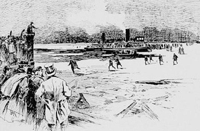 Жители перебираются по льду с одного берега на другой
