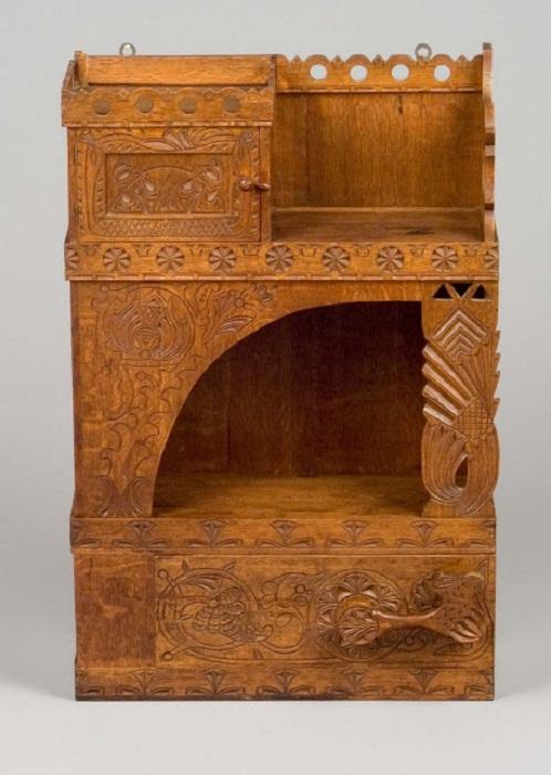 . Деревянный настенный шкафчик, изготовленный абрамцевскими столярами и резчиками по проекту художницы Елены Поленовой в 1880-х гг.