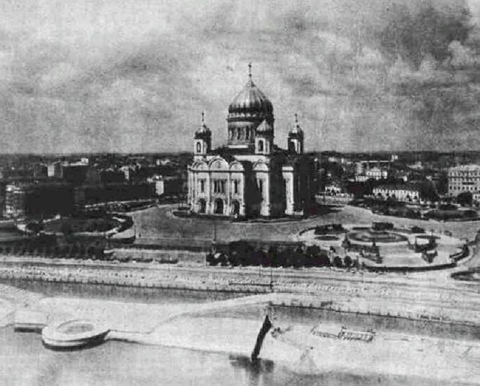 Храм Христа Спасителя в свое последнее лето 1931 года. Снимок сделан с крыши Дома на набережной.