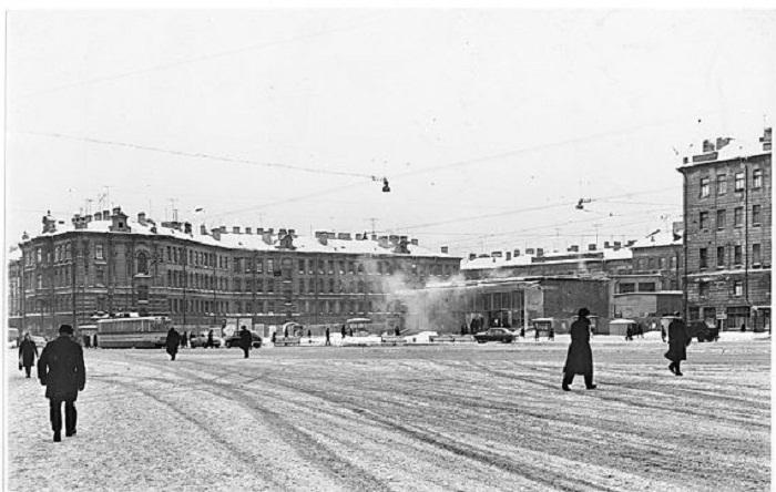 Площадь Мира после открытия одноимённой станции, 1965