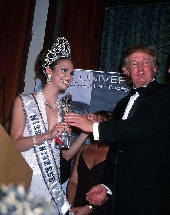 «Мисс Вселенная 2001»: Дениз Киньонес, Пуэрто-Рико, рост 178 см Награду вручает владелец конкурса Дональд Трамп