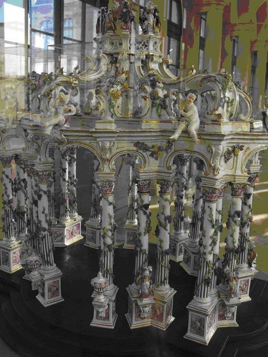 Мейсенская фарфоровая горка (ваза для закусок и фруктов на обеденном столе) в виде храма, ок. 1750 г. (роспись надглазурными красками и золотом). Модель разработана Иоганном Кендлером