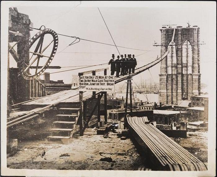 """Предупреждение рабочим во время возведения Бруклинского моста: """"Безопасно только для 25 человек одновременно. Не ходить рядом друг с другом. Нельзя бегать, прыгать или идти быстрым шагом. Идти не в ногу!"""