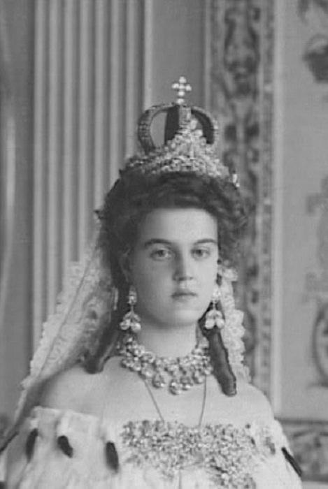 Княжна Мария Павловна в венчальной короне 1908 год. Помимо венчальной короны на голове Марии также находится царская диадема