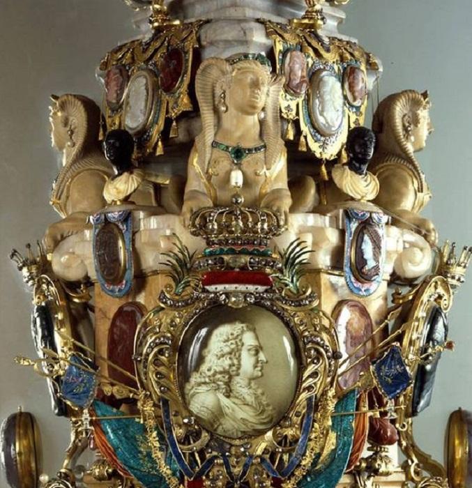«Обелиск Августа» работы И. М. Динглингера. 1721 г. Высота 2,3 м, Дрезден