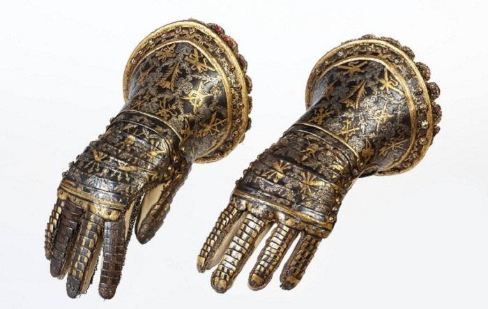 Великолепный образец древнего дамасского искусства: Стальные перчатки XVII века