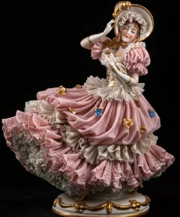 Фарфоровая кружевная статуэтка «Дама в капоре с золотым пером и зонтиком». ACKERMANN & FRITZE (Volkstedt),  1908-51 гг.