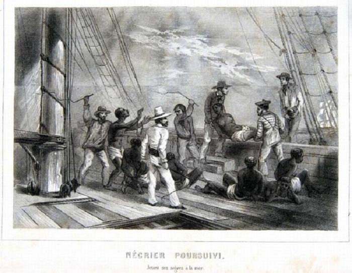 Невольники, которых американские работорговцы-контрабандисты спешно выбрасывают за борт судна и топят в морской пучине при виде приближения британского военного корабля (первая половина 19 века)