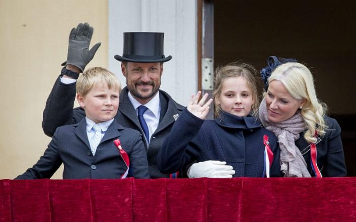 Наследный принц Норвегии Хокон с супругой Метте-Марит и двумя детьми - принцессой Ингрид Александрой и принцем Сверре Магнусом Фото: legion-media.ru