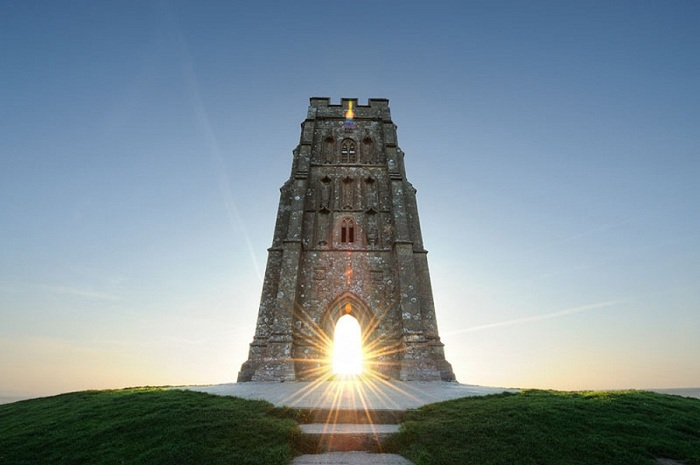 Вершина Гластонберийского холма со средневековой церковной башней