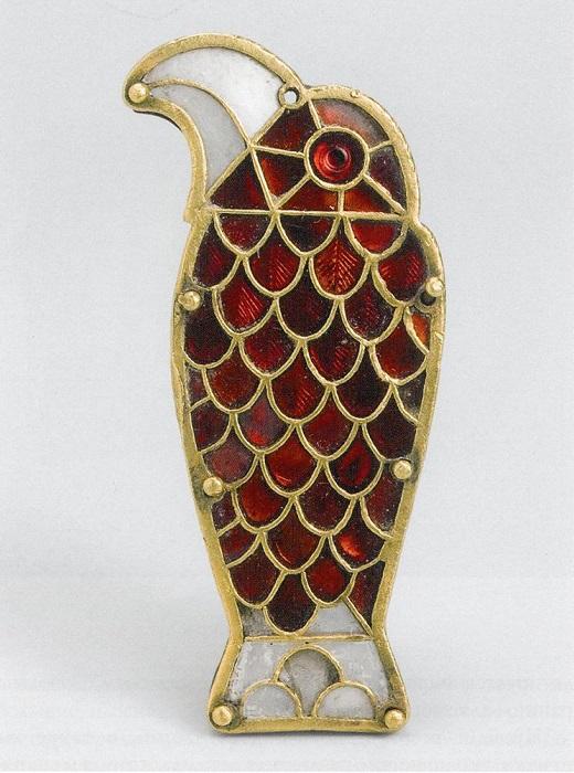 Накладка в виде орла (в эпоху Меровингов были очень популярны мотивы хищных птиц). Перья выложены алыми гранатами в золотых ячейках.