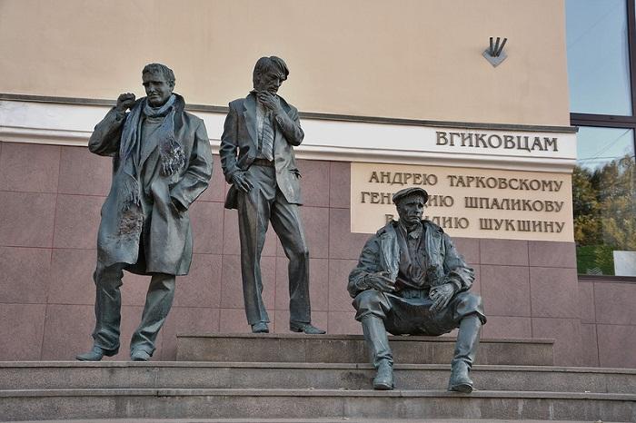 Памятник у ВГИКА Г. Шпаликову А. Тарковскому и В. Шукшину