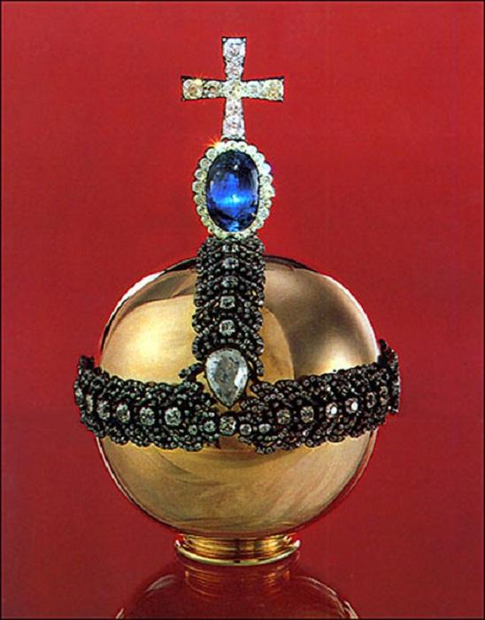 Держава императорская 1762 г. Золото, бриллианты, сапфир (200 каратов), алмаз (46,92 карата), серебро<br>Высота с крестом 24 см Длина окружности шара 48 см