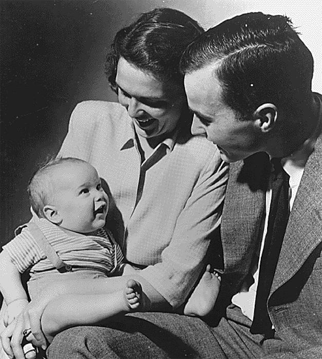 Джордж Буш и Барбара со своим первенцем 1947 год