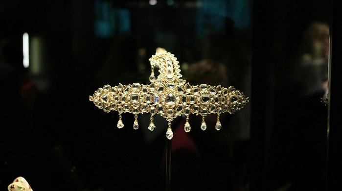 Украшение для тюрбана, желтое золото с бриллиантами, закрепленными по индийской технике кундан. Джайпур 19 век