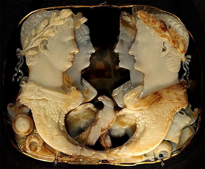 «Гемма Клавдия» Пятислойный оникс, оправа: золото. Ок. 49 г. н.э. 15,2 × 12 см.  Вена, Музей истории искусств