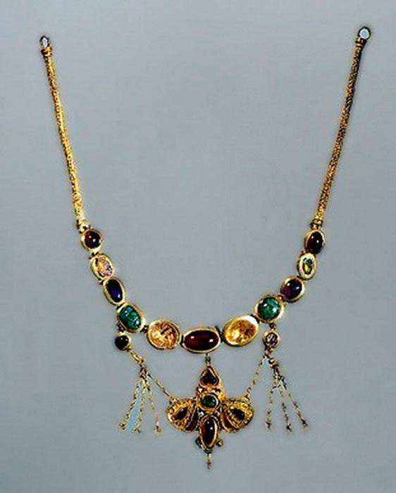 Ожерелье с подвеской в виде бабочки (Золото, чеканка, гравировка, филигрань, II-I в. в. до н. э.)