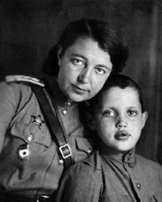 Роберт с матерью, военным врачом. 1944 год