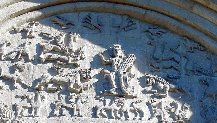 Белокаменная резьба на стенах Дмитриевского собора