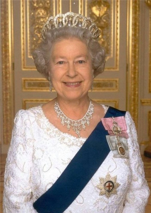 Владимирская тиара с жемчужными подвесками на голове королевы
