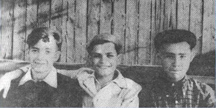 Александр Вампилов (справа) с друзьями. 1955 год