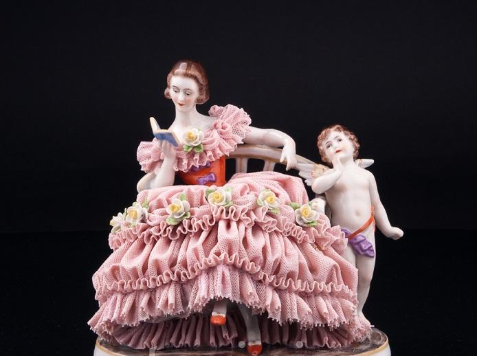 Антикварная старинная фарфоровая статуэтка «Грезы любви, девушка с книгой на диване», кружевная производства Muller & Co, Volkstedt, Германия, нач.20 в.
