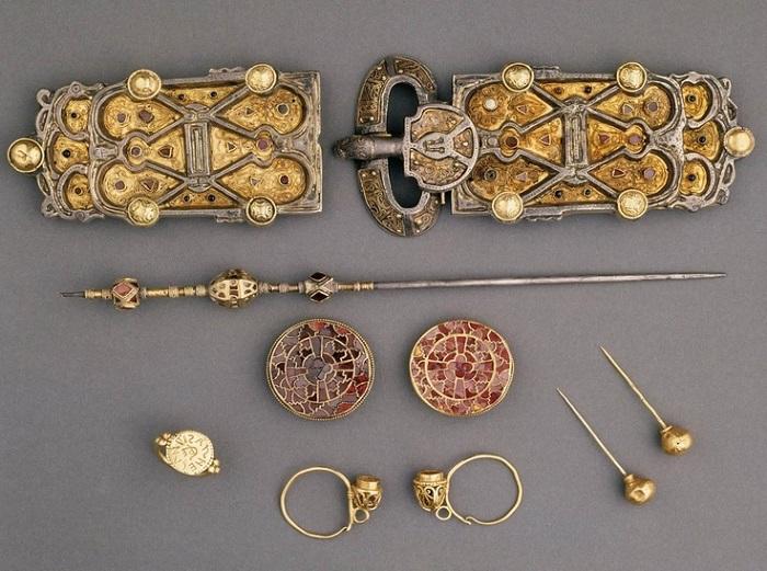 Пряжки и заколки из захоронения франкской королевы Арнегунды. Середина VI века