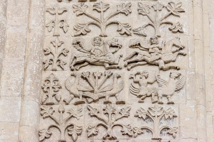 Западный фасад. Конные святые воины. Справа — Георгий Каппадокийский (Победоносец)