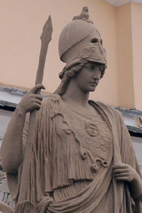 Один из самых маленьких сфинксов на шлеме богини мудрости. Скульптура богини - на здании Российской национальной библиотеки на Невского проспекте
