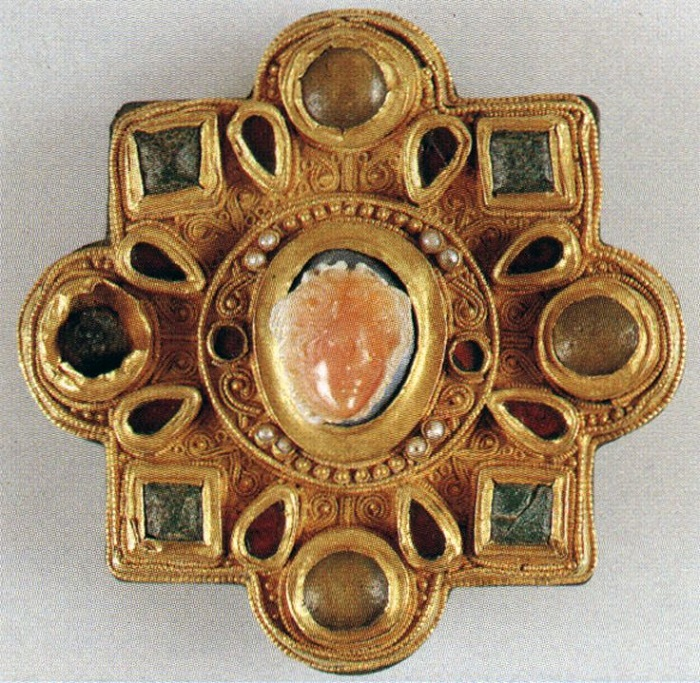 Изящная золотая брошь с прекрасным гранулированием, полированными кабошонами, жемчугом. В центре - красивая старинная камея