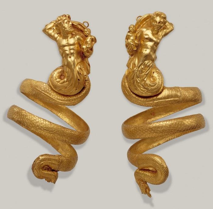 Браслеты для предплечья (Золото, II в. до н. э.) Выполнены в виде фигур тритонов - мужской и женской. Каждый тритон держит на руках маленького крылатого Эроса