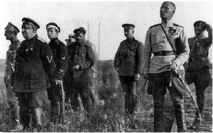 Генералы В.З. Май-Маевский и Н.С. Тимановский наблюдают за боем у станции Лиски. 1919 г. За Май-Маевским – П.В. Макаров, тот самый адъютант