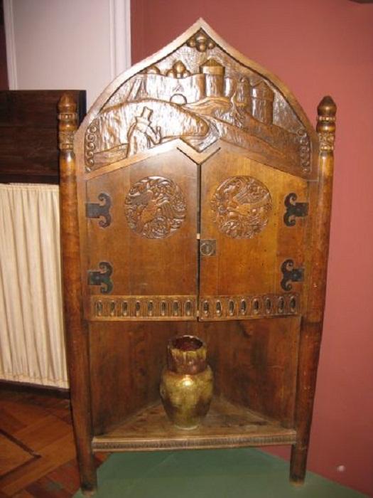 Шкаф-угольник. По проекту М.К. Амосова, 1910-е. Сосна, липа, резьба, тонировка