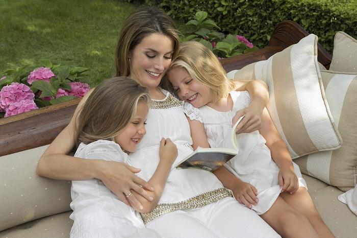 Летисия с дочками, инфантой Леонор и инфантой Софией