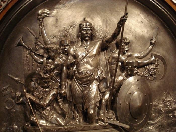 Скульптурная композиция, изображающая Меровея, победившего в сражении с гуннами (451). Посеребренная латунь. Скульптор Э.Фремье. 1867 г.
