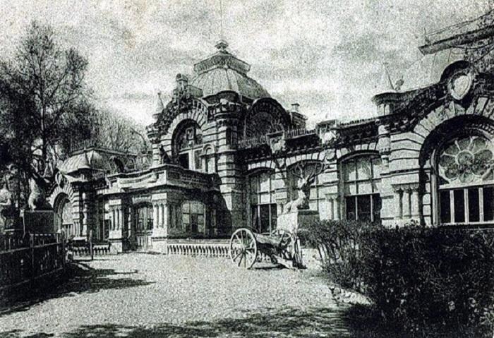 Дворец князя, построен в 1891 году, архитекторы В. С. Гейнцельман и А. Л. Бенуа