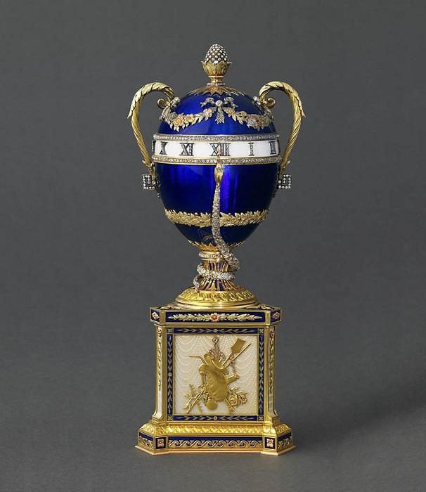 «Часы с синей змеёй». 1887 год. Первый владелец - Мария Федоровна. Сейчас находится в коллекции князя Монако Альбера II