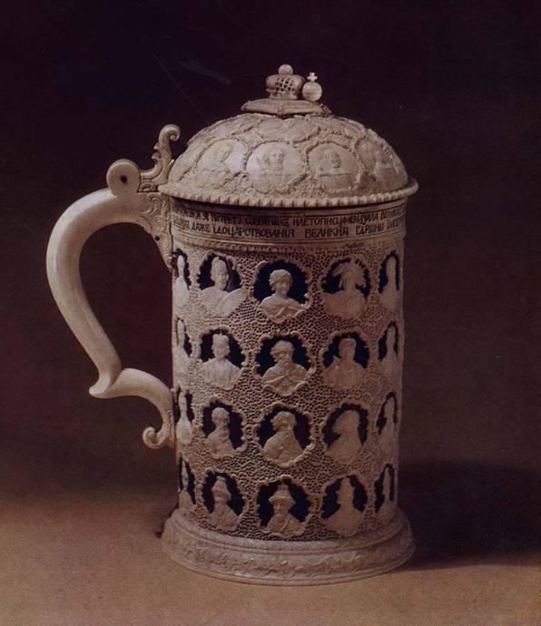 Дудин О.Х. Кружка с 58 портретными изображениями. 1774-1775. Резная кость Государственный Эрмитаж