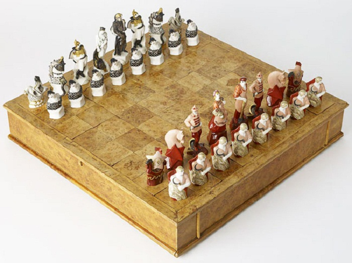 Шахматы «Красные и белые», агитационный фарфор СССР ЛФЗ, 1920-е, автор Наталья Данько