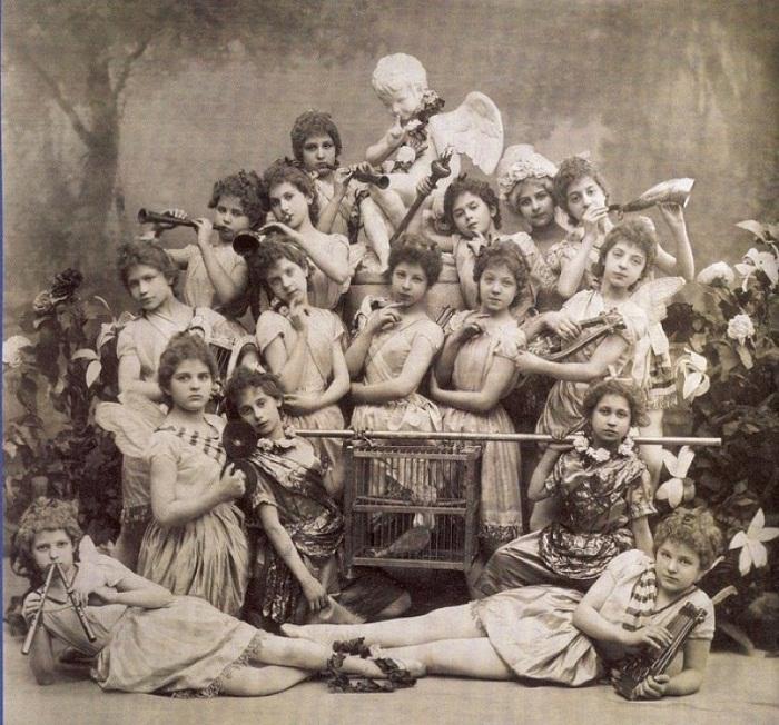 Анна Павлова - ученица балетной школы (слева, держит клетку)