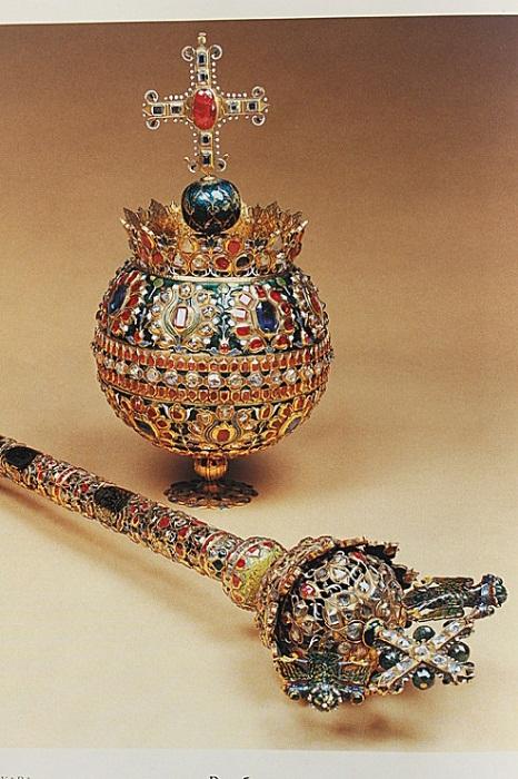 Держава. Стамбул, 1662 г. Золото, драгоценные камни, жемчуг; литье, чеканка, гравировка, резьба,чернь, эмаль, канфарение. Скипетр. Стамбул, 1658 г. Золото, драгоценные камни, жемчуг; литье, чеканка, гравировка, резьба,чернь, эмаль, канфарение. Принадлежали царю Алексею Михайловичу