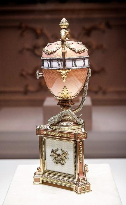 «Часы с розовой змеёй». Сделано в 1902 году мастером Михаилом Перхиным по заказу Герцогини Мальборо. Цветное четырехслойное золото, серебро, алмазы, жемчуг и розово-белая эмаль. Повторяет тип императорского яйца «Часы с синей змеёй»