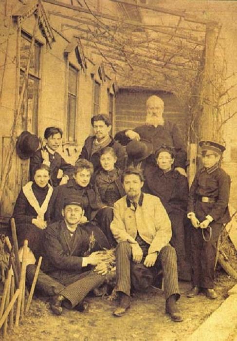 Мелихово 1892 год. Лика - вторая слева во втором ряду