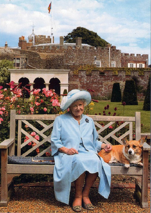 Королева-мать на прогулке с корги