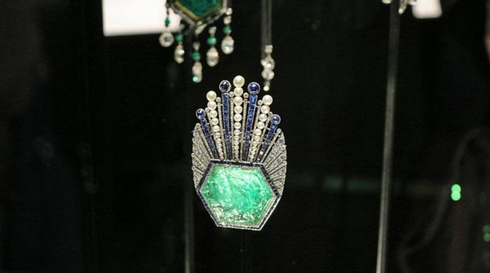 Брошь с резным изумрудом, сапфирами, бриллиантами и жемчугом, Париж 1910 год