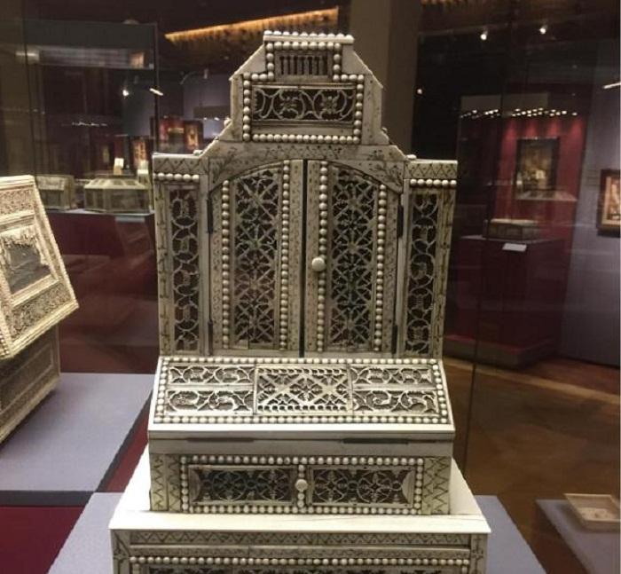 Настольный кабинетик сер. XVIII века