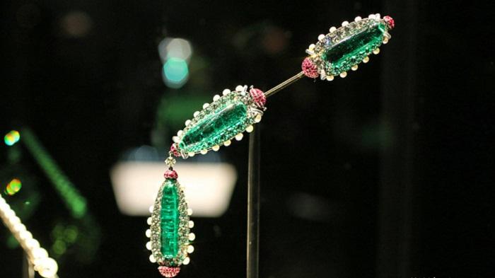 Брошь с изумрудами, рубинами и бриллиантами в серебре от JAR 2013